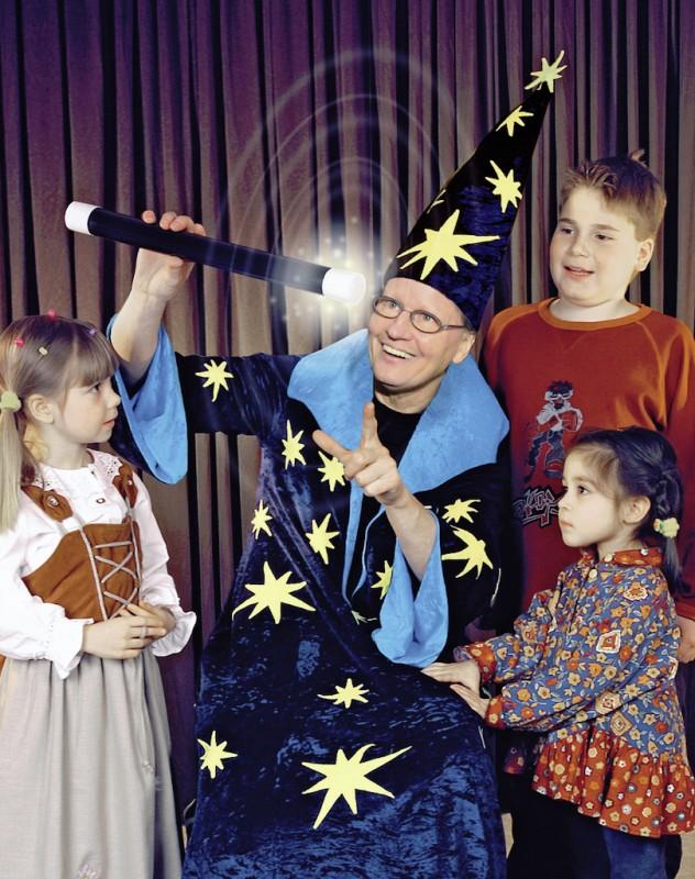 Kinder-Zauberer Jürgen mit 3 begeisterten Kindern