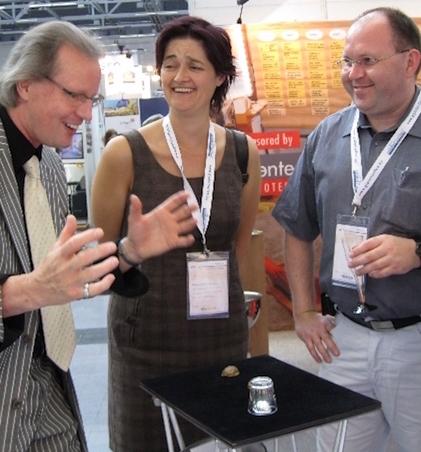 Zauberer Jürgen Metzger mit zwei Messe Besuchern auf der Messe Stuttgart