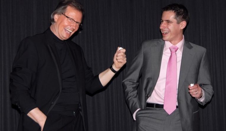 Hochzeitszauber Gast hat viel zu lachen mit Jürgen bei der Bühnen-Zauberei