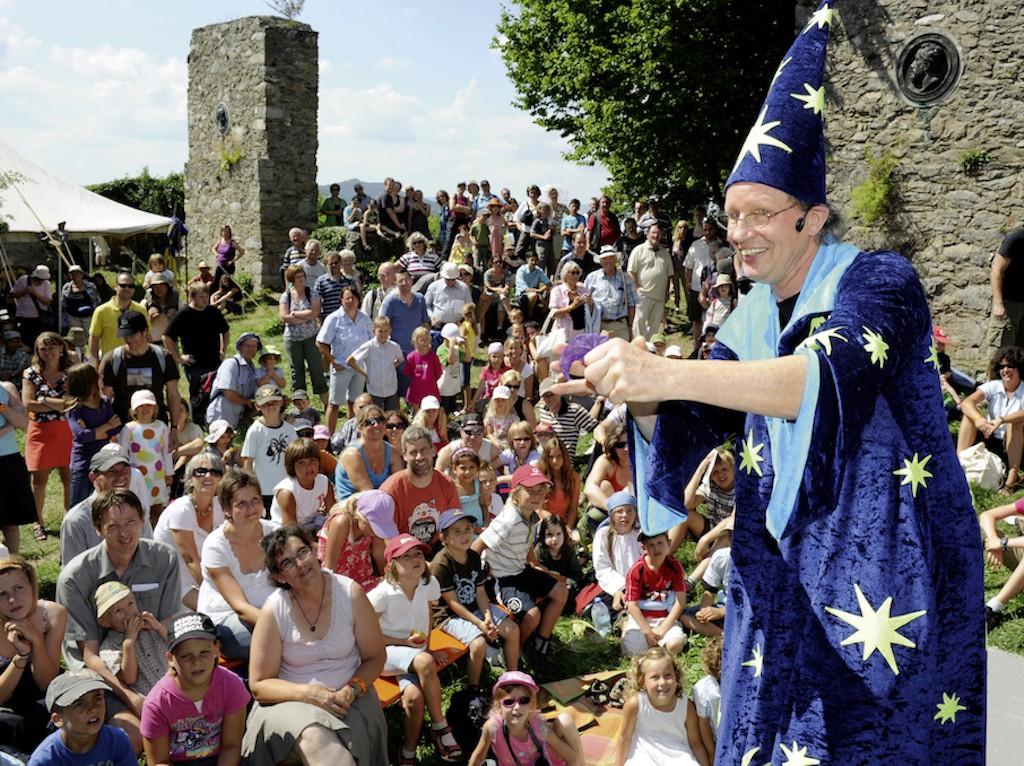 Jürgen Metzger mit seiner Kinderzauber Show auf dem Burgfest Singen