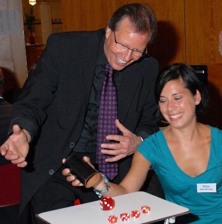 Tischzauberer Jürgen Metzger aus Stuttgart mit staunender Dame