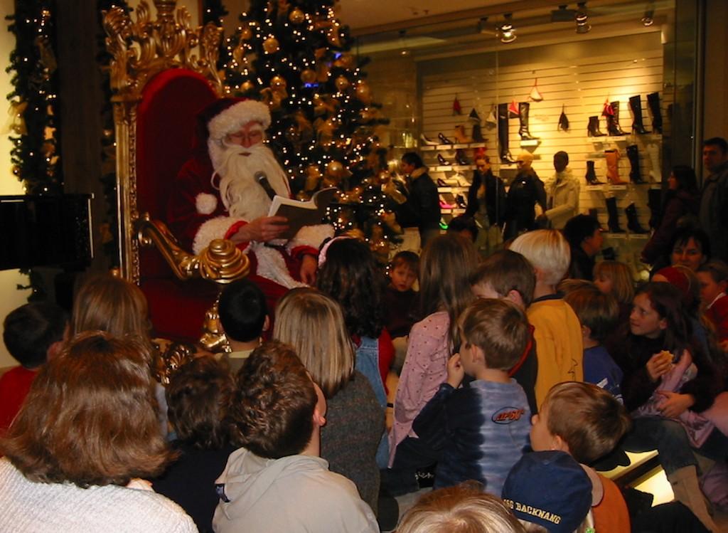 Weihnachtsmann Jürgen Metzger aus Stuttgart umringt von Kindern